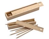 Holzbox mit Buntstiften und Lineal